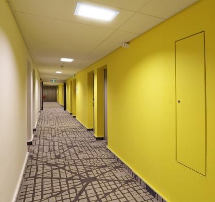 Plafon kwadratowy natynkowy LED - przykładowe oświetlenie korytarza